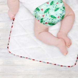 previjalna podloga z dojenčkom